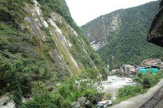 Lopulta saavuttiin Aguas Calientesiin (Machu Picchu Hot Pueblo), joka on lähin vakituisesti asuttu kaupunki Machu Picchua. Kaupunki oli myös hienossa paikassa Urubamba-joen varrella ja vuorten siimeksessä. Hyvin vehreää oli, sillä sademetsävyöhykkeellä oltiin.