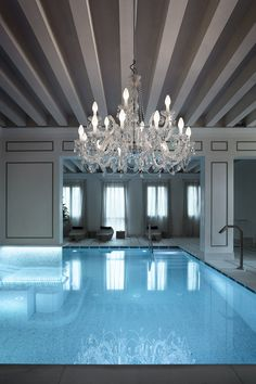 Impress the guests with this glamorous swimming pool lighting, make a statement and express yourself. Create the most glamorous atmosphere.