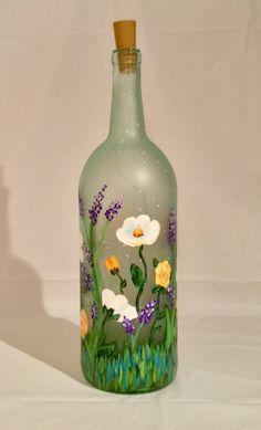 Floral Lighted Bottle, Flower Painted Wine Bottle, Decorative B Painted Glass Bottles, Lighted Wine Bottles, Painted Wine Glasses, Bottle Lights, Decorative Wine Bottles, Liquor Bottle Crafts, Wine Bottle Art, Diy Bottle, Crafts With Wine Bottles