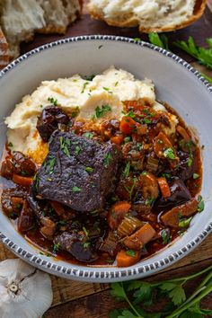 A French style slow braised short ribs in a tasty sauce! Short Rib Stew, Braised Short Ribs, Beef Short Ribs, Rib Recipes, Dinner Recipes, Healthy Recipes, Healthy Food, Beef Dishes, French Style