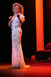 Mary on the stage of comedy at the Bayerischer Hof until 05/05/2007 (Photo. Martin Schmitz)