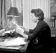 Alrededor de la persona que escribe libros siempre debe haber una separación de los demás. Es una soledad. Es la soledad del autor, la del escribir. Para empezar, uno se pregunta qué es ese silencio que lo rodea. Marguerite Duras