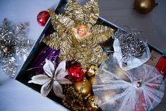 Joulukoristeita eri vuosikymmeniltä. Perheen tytär on tehnyt harso-enkelin aikoinaan päiväkodissa.