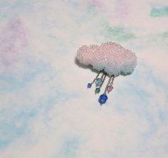 雲のかたちにびっしりとビーズを刺繍したネックレスです。ペンダントトップが雲と雨(青系のスワロフスキーが垂れたもの)との二つになっていて、取り外しができます。(...|ハンドメイド、手作り、手仕事品の通販・販売・購入ならCreema。