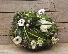 idée originale de composition florale avec mousse et fleurs blanches. Moss & white flowers
