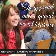 L'éducation positive à l'école consiste à développer le bien-être des élèves et promouvoir du bonheur. Parce qu'on apprend mieux quand on est heureux.