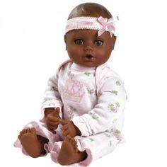 Deze pop heeft een mooie bruine huid en prachtige bruine ogen. Ze is lekker zacht en ruikt heerlijk naar baby poeder.De pop is 33 cm groot en heeft leuke kleertjes aan. Ze kan helemaal in de wasmachine in een kussensloop.Adviesleeftijd 1
