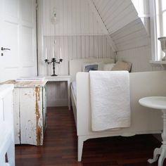 """Har lenge lurt på hva vi skal bruke den store hallen til i 2 etg.. Arbeidsplass der en kan sy, male osv ? Eller et ekstra oppholdsrom ? Så siden vi hadde en gammel seng stående og et skap jeg kunne bruke til bord, en stol, og noen små bord, måtte det bli en kosekrok! Ting-til-overs -kroken ;) Gjenstår en siste """" finish"""" , så tror jeg dette blir superbra ! #vackrahemsverige #vakrehjemoginterior #hem_inspiration #skonahem #finahem #interior4all #interior4you1 #interior_and_living…"""
