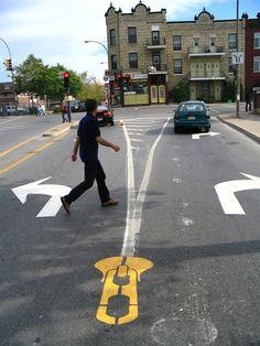 Em 2001 artista Peter Gibson começou uma campanha de guerrilha arte de rua para incentivar a cidade de Montreal para construir mais ciclovias. O que começou como um projeto a cargo do ativismo se tornou um projeto de arte que continua a este dia.