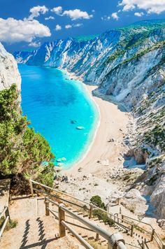 Découvrez nos 8 idées de destinations romantiques mais pas cucul pour une escapade en amoureux ! #aufeminin #voyage #weekend #voyageromantique #voyageencouple #idéevoyage #santorin #cephalonie