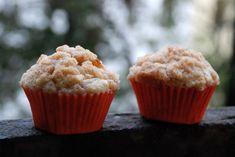 Tak trochu štrůdlové a přece úplně jiné a autentické. Jablkové muffiny se sice tváří zdravě, ale skořicová drobenka jim dodává na hříšnosti. Something Sweet, Sweet Recipes, Food And Drink, Cupcakes, Healthy, Breakfast, Ss, Morning Coffee, Cupcake Cakes
