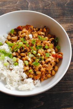 Hoppin' John for the New Year by Foxes Love Lemons. Hoppin' John for the New Year - Eating black-eyed peas on New Year's Day is said to show humility, thus inviting good fortune for the year ahead. Pork Recipes, Vegetarian Recipes, Cooking Recipes, Healthy Recipes, Vegetarian Cooking, Simple Recipes, Healthy Meals, Healthy Food, Hoppin John