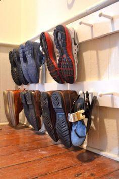 Increible tip para que tus zapatos estén siempre organizados. Aprovecha el espacio con esta idea para guardar zapatos. #organizar #zapatos #vestidor