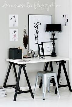 Preto e branco <3 Mesa suspensa por cavaletes. #office #home #decor…