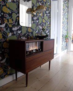 Retro radio table