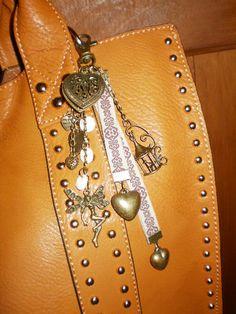 """BIJOU DE SAC  j'ai acheté en pièces détachées les anneaux, chaînettes, attaches, breloques """"cage"""" et """"elfe"""" et rubans fantaisie selon mes envies et montés ce bijou de sac...  (les breloques """"coeurs"""" viennent d'un ancien collier que j'avais démonté...)  Ƹ̵̡Ӝ̵̨̄Ʒ Nouillelfique"""