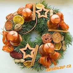 no děvčata, Vánoce se pomalu blíží a já na netu našla krásné varianty adventních věnců. Třeba Vám ně...