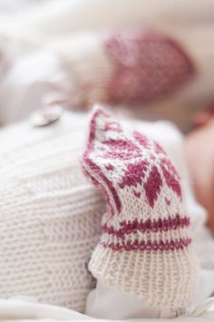 Baby Knitting Patterns Gloves The colors raspberry and nature Baby Hat And Mittens, Knit Mittens, Knitted Gloves, Knitting For Kids, Baby Knitting Patterns, Crochet Patterns, Baby Barn, Knitted Baby Clothes, Mittens Pattern
