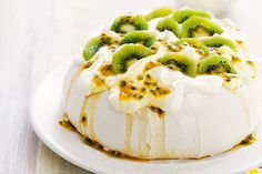 FOR: A LIGHT DESSERT ♥♥ Australian Kiwi Passionfruit Pavlova.Uses kiwi and passionfruit, not too Difficult to make - Looks fantastic ! Just Desserts, Delicious Desserts, Dessert Recipes, Yummy Food, Aussie Food, Pavlova Recipe, Dessert Aux Fruits, Sweet Recipes, The Best