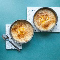 En veldig forenklet versjon av rømmegrøt som kan lages glutenfri og laktosefri. Smaker nydelig! 2-3 porsjoner 1 beger (laktosefri) rømme 2 ss smør 4 ss fullkornsmandelmel eller havremel 3 dl (laktosefri) melk 1 klype salt Ha rømme og smør i en kasserolle. Varm opp på middels varme. La det småkoke i ca. fem minutter. HaRead more