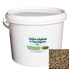 Une Idée pour nos animaux :  Litière végétale à l'eucalyptus - 10 kg L'eucalyptus est un antiseptique puissant, pour les voies respiratoires, et un répulsif pour les insectes.Il parfume délicatement l'habitacle de votre animal.Litière végétale, produit 100% naturel qui permet à vos animaux de profiter du confort de la litière en les protégeant naturellement contre la prolifération de parasites. Pour la poule, poussin, chat, chatte, hamster, chinchilla, souris, lapin, cochon d'inde, rat…