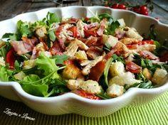 Questa insalatona rustica non può essere considerata un semplice contorno. È infatti così ricca di ingredienti da costituire un autentico piatto unico.
