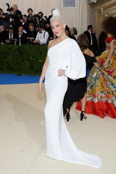 Met gala 2017 Kate Hudson con un vestido blanco de escote asimétrico de Stella McCartney