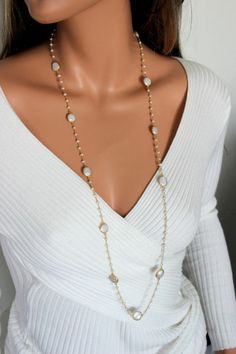 collier de perles de culture long blanches sur décolleté en V de top blanc