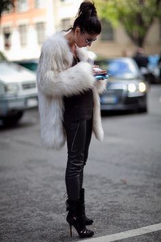 For a look that's very easy but can be dressed up or down in a multitude of different ways, wear a white fur coat and black leather skinny pants. Let your styling credentials truly shine by completing your outfit with a pair of black cutout suede ankle Winter Chic, Autumn Winter Fashion, Casual Winter, Winter Style, Spring Street Style, Street Chic, Chinchilla, White Fur Coat, Trench Coats