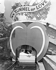 CHUCKMAN'S COLLECTION (CHICAGO POSTCARDS) VOLUME 12: PHOTO - CHICAGO - RIVERVIEW AMUSEMENT PARK - COUPLE IN BOAT ENTERING TUNNEL OF LOVE - 1962 - CHICAGO TRIBUNE PHOTO