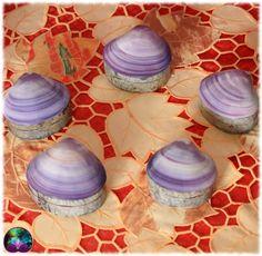 Superbes petits coffrets en coquillage violet et paua qui mettront de la délicatesse dans vos cadeaux ou sur vos meubles. Idéal pour petits bijoux, pendules courts, ou minéraux de petite taille.