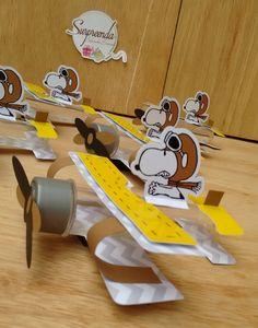 Suporte para tubete personalizado em avião, com tag do aniversariante.    Produzido em papel color plus 180  Livre de ácido    Cada 6 unidades seguem nas mesmas cores, escolha as de sua preferência    Lindo enfeite de mesa que pode ser usado como lembrancinha, basta colocar balinhas ou pastilhas ... Charlie Brown Thanksgiving, Charlie Brown Christmas, Charlie Brown And Snoopy, Snoopy Birthday, Snoopy Party, Puppy Party, Baby Party, 2nd Birthday Parties, Baby Birthday