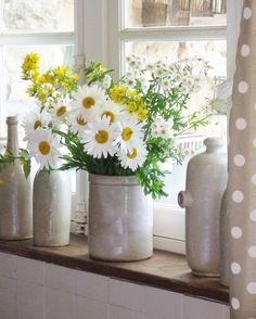 Daisy Cottage… white, gray and yellow My French Country Home, Country Style Homes, French Country Decorating, Cottage Style, Bright Flowers, Fresh Flowers, Beautiful Flowers, Wild Flowers, Exotic Flowers