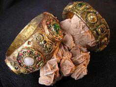 En la epoca bizantina eran usados los brazaletes dorados y con incrustaciones de piedras preciosas