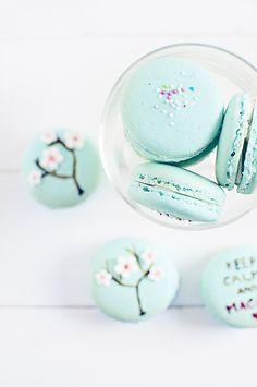 Welcome to macaron heaven! Some of the most adorable macarons around. these pretty little baked goods are sure to get your tummy rumbling. Macaron Bleu, Dessert Halloween, French Macaroons, Blue Macaroons, Macaron Cookies, Cute Food, Pavlova, Let Them Eat Cake, Cake Pops