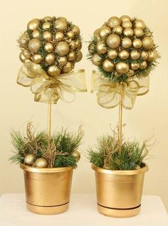 Gold Christmas Decoration Ideas Let's face it. Christmas is every homeowner's favorite holiday. It's every homeowner's dream to decorate their homes with the best and the prettiest Christmas decorations [. Christmas Topiary, Gold Christmas Decorations, Noel Christmas, All Things Christmas, Christmas Projects, Christmas Crafts, Christmas Ornaments, Topiary Centerpieces, Decoration Entree