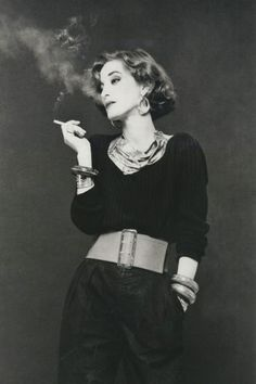 Loulou de la Falaise In this madcap French-English beauty started working side-by-side with Saint Laurent as an accessories designer and in-house muse. She was, Saint Laurent, told Vogue, féerique, or elfin. Yves Saint Laurent, Looks Style, Looks Cool, Le Smoking, Look Retro, Moda Vintage, Glamour, Musa, Mode Inspiration