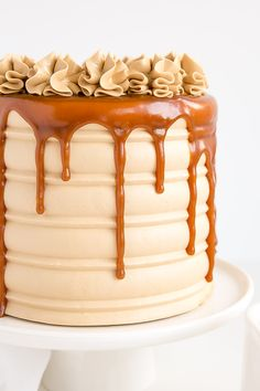 This Caramel Cake recipe is perfect for that die hard caramel fan in your life. Homemade caramel sauce is used in the cake layers, frosting, and the drip! Caramel Drip Cake, Salted Caramel Cake, Chocolate Caramel Cake, Caramel Buttercream, Buttercream Cake, Drip Cakes, Nutella Brownies, Cupcakes, Cupcake Cakes