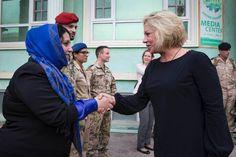 Minister Hennis bij regionaal mediacentrum.. Foto: Ministerie van Defensie
