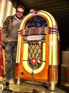 Dutch Picker Sargon loading a 1946 Wurlitzer 1015 jukebox http://www.benniesfifties.com