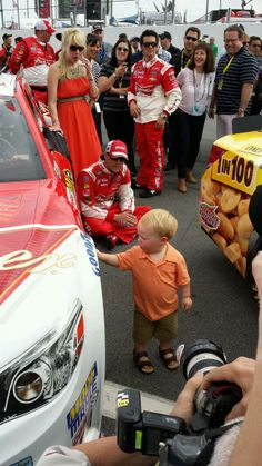 Keelan Harvick performs a final inspection on the No. 4 as Kevin and DeLana look on