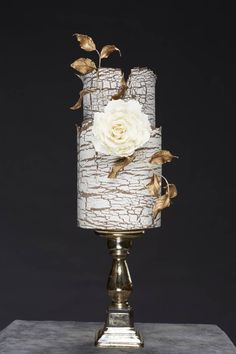 How different is this crackled wedding cake in Ivory and Gold !