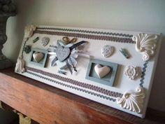 """Cadre 3D réalisé avec un gros coeur blanc réhaussé d'un coeur gris """"Bonheur """" et de rubans dans les tons gris et blancs , deux mini cadres réhaussé de coeurs moulés en plâtre agrémenté de galons création déco à coeur"""
