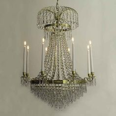 LYSEKRONE EMPIRE 8 ARMAR Innrede stuen eller i spisesalen i en elegant måtemed denne Nobel krystall lysekrone, som gir flerveis belysning for å klarere opp helerommet. Med en sølv festeanordning.Lysekrone med levende lys.