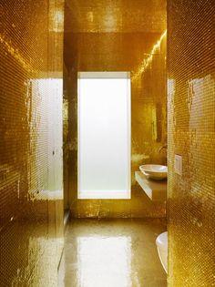 Bathroom golden wall tiles marche pour entrée dans la douche...la baigoire pourrait être le long...