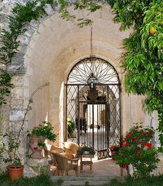Cortile interno di un palazzo gentilizio, Lecce (Italy)