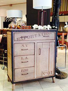 Mueble realizado en roble macizo, con aplicaciones de hierro, que le da un aire industrial.