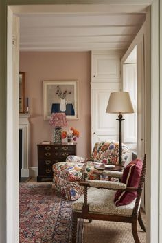 A Georgian cottage with expertly layered interiors by Ben Pentreath - - Ben Pentreath has created a masterclass in mixing colour and pattern at this diminutive early Georgian cottage in Highgate. Design Hall, Home Design, Interior Design, Home Living, Living Spaces, Cottage Living Rooms, Plain Curtains, Georgian Homes, Georgian Interiors