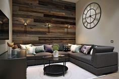 parement mural salon en bois de récupération et horloge murale vintage