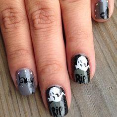 Pequeñas tumbas grises. | 27 ideas divinamente espeluznantes para decorarte las uñas en Halloween